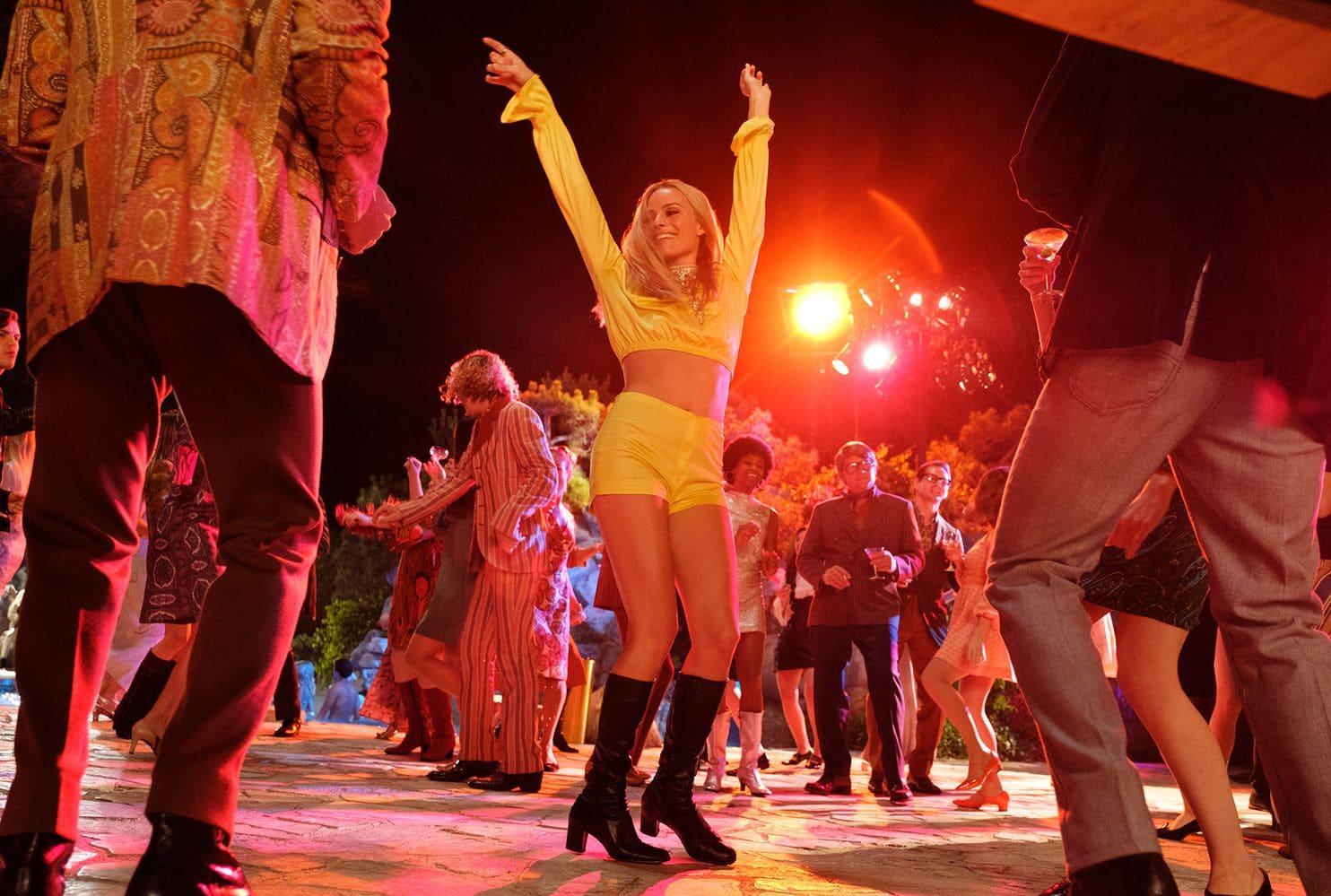 Η Σάρον Τέιτ χορεύει με κίτρινο σύνολο