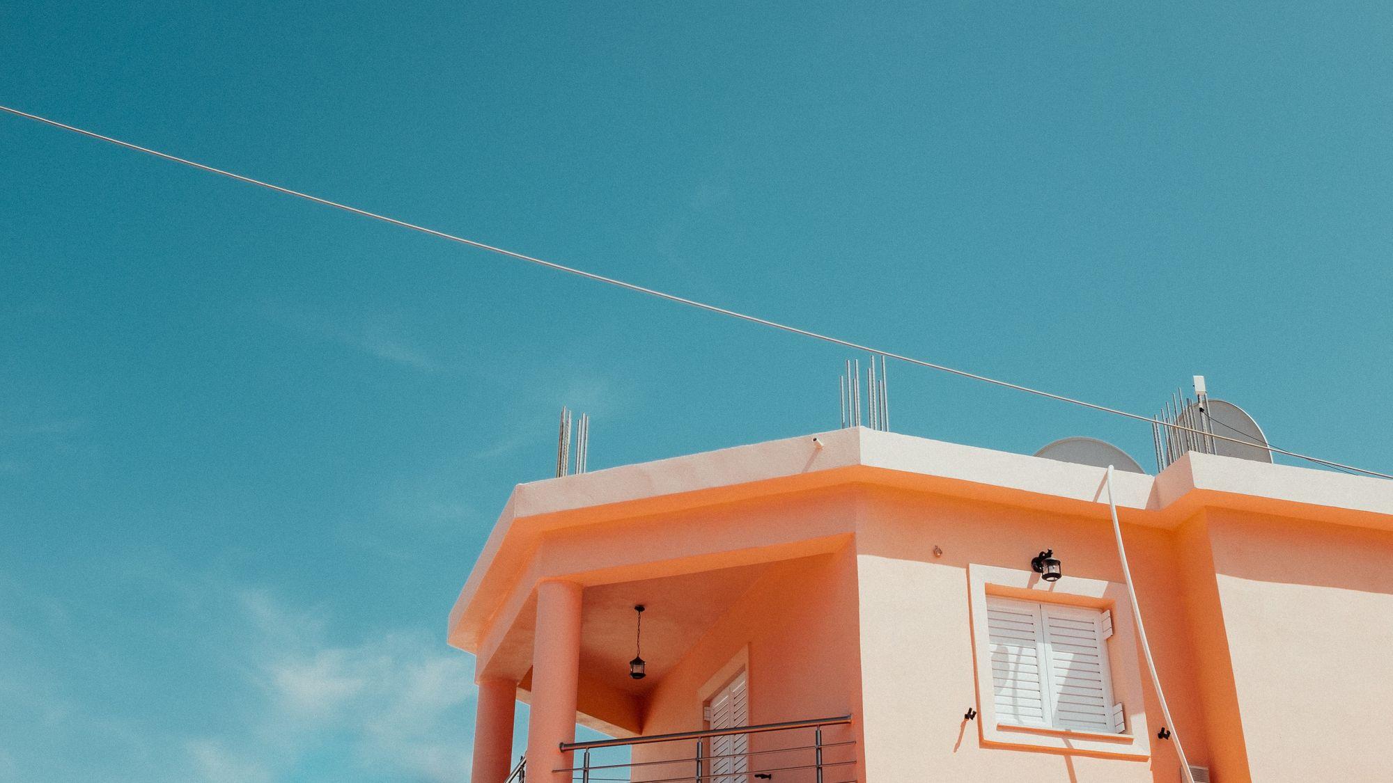 Πάνω όροφος σπιτιού με μπαλκόνι