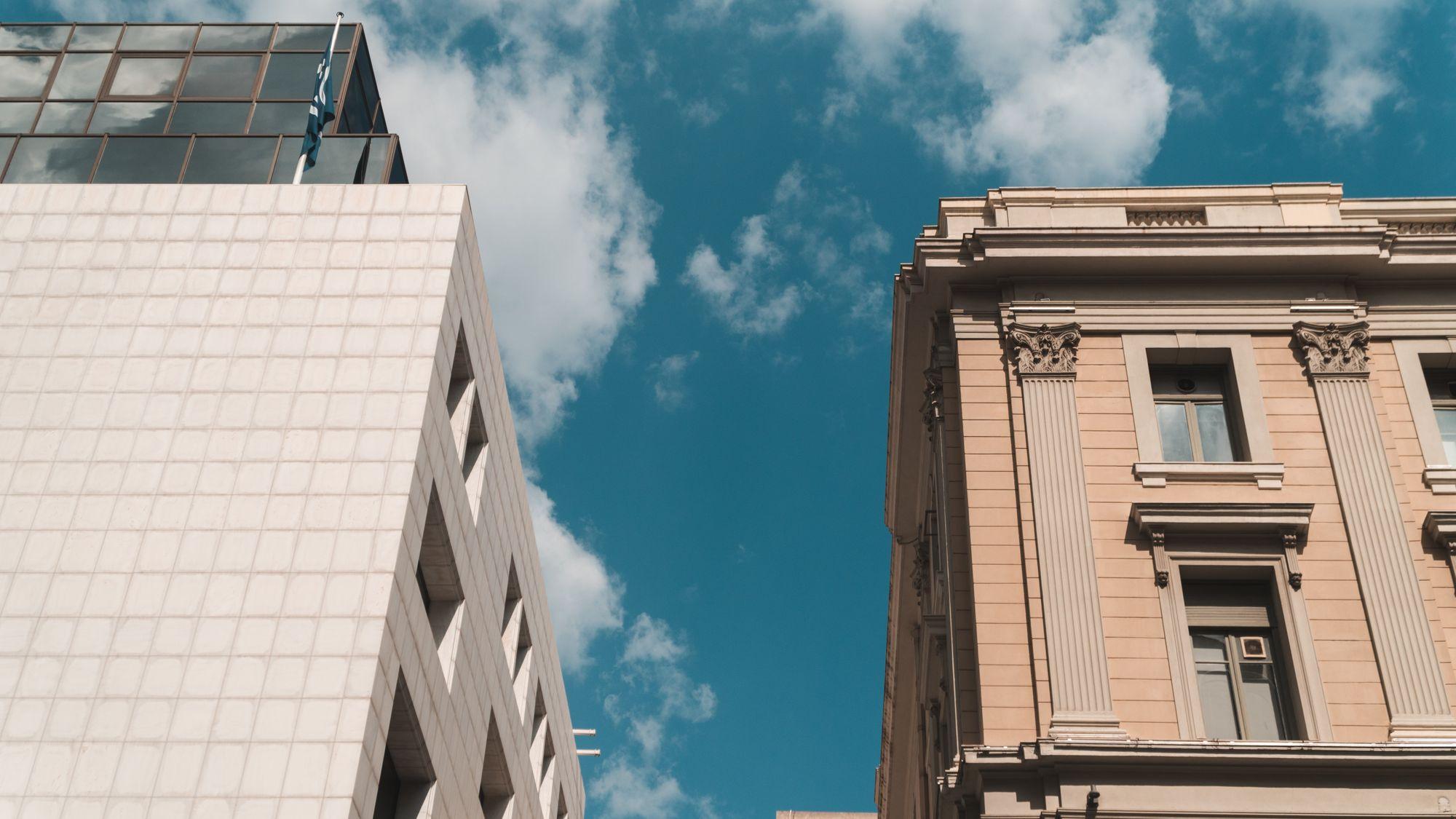 Ένα νεοκλασικό και ένα σύγχρονο κτίριο