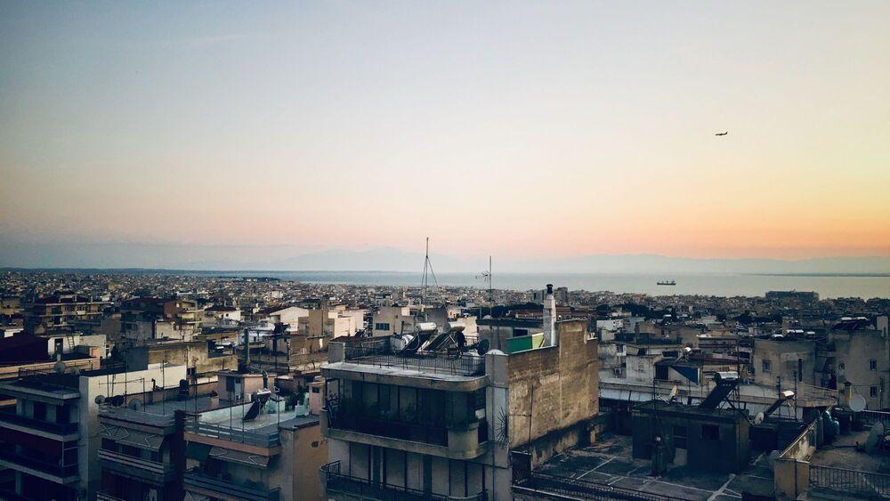 Ηλιοβασίλεμα πάνω από αστικό τοπίο