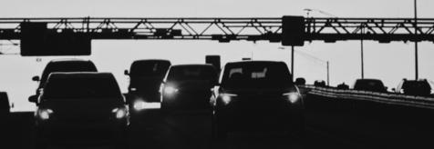 Ασπρόμαυρη φωτογραφία αυτοκινήτων μπροστά από σταθμό διοδίων