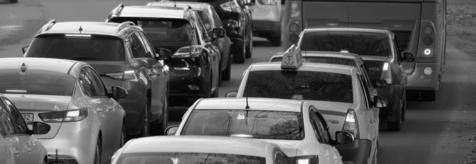 Ασπρόμαυρη φωτογραφία αυτοκινήτων σε κίνηση