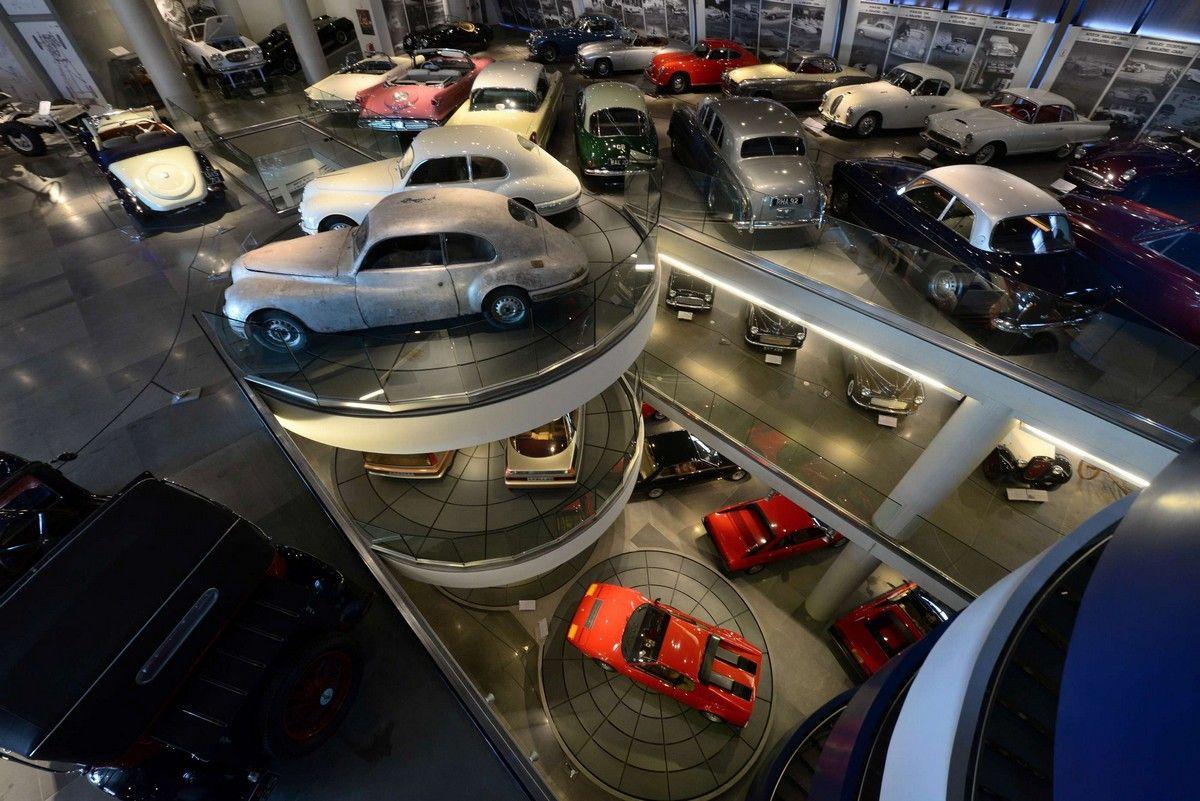 Εσωτερικό του Ελληνικού Μουσείου Αυτοκινήτου