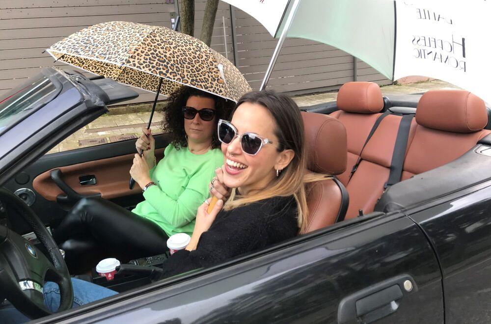 Η Άλκη με την Κατερνίνα Βρανά ποζάρουν σε σταθευμένο αυτοκίνητο