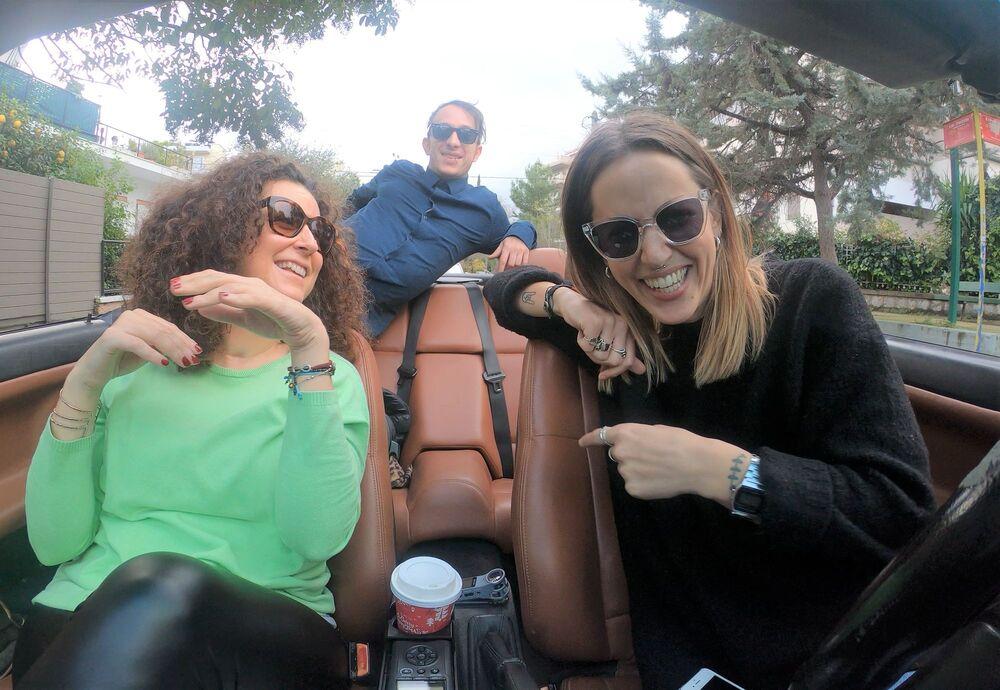 Μπλίνκι, Άλκη και Κατερίνα Βρανά χαμογελούν στην κάμερα