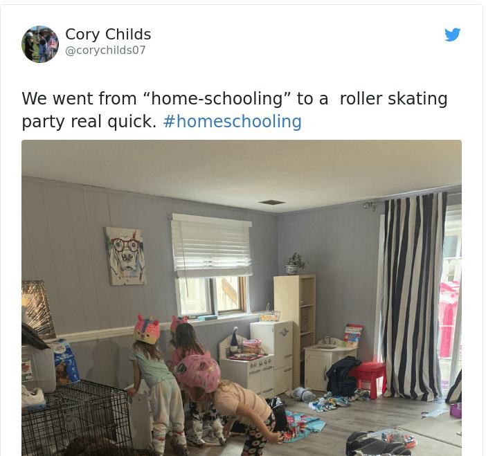 Παιδιά παίζουν σε ακατάστατο παιδικό δωμάτιο