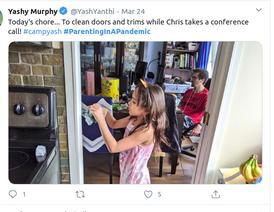 Κοριτσάκι καθαρίζει την μπαλκονόπορτα του σπιτιού της προκειμένου να απασχοληθεί εν μέσω καραντίνας