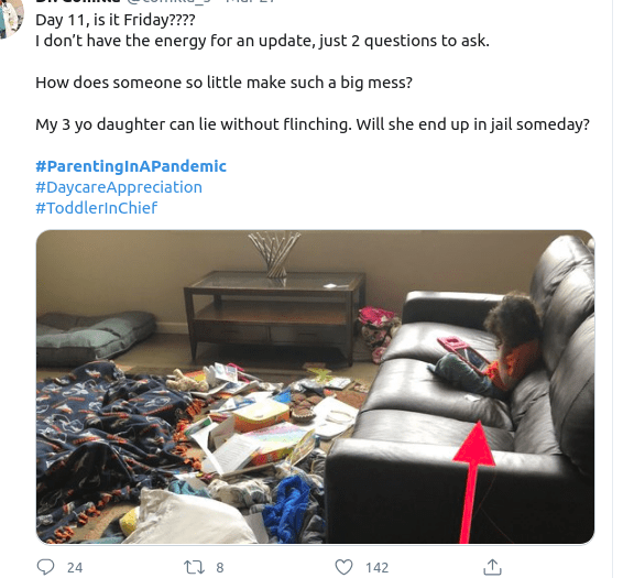 Ακατάστατο σαλόνι και παιδί που παίζει με τάμπλετ στον καναπέ
