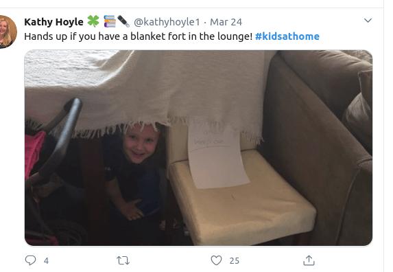 Μικρό παιδί κρύβεται κάτω από κουβέρτα