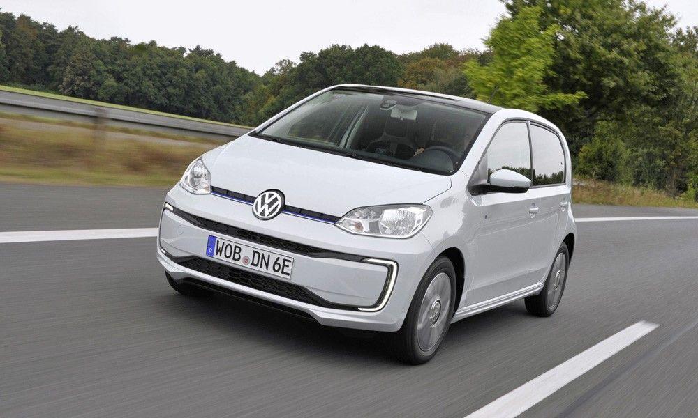 Λευκό Volkswagen eUP σε δρόμο