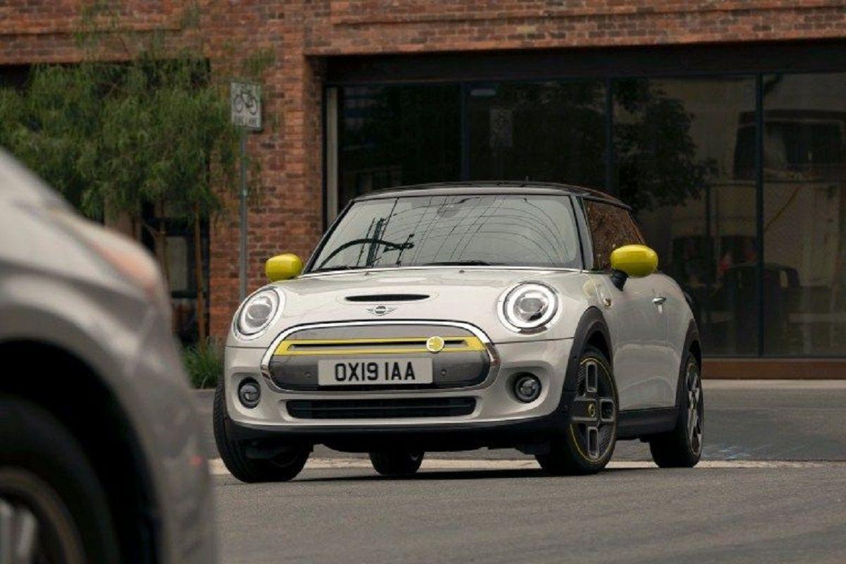 Γκρι Mini Cooper SEZ με κίτρινες λεπτομέρειες παρκαρισμένο σε δρόμο