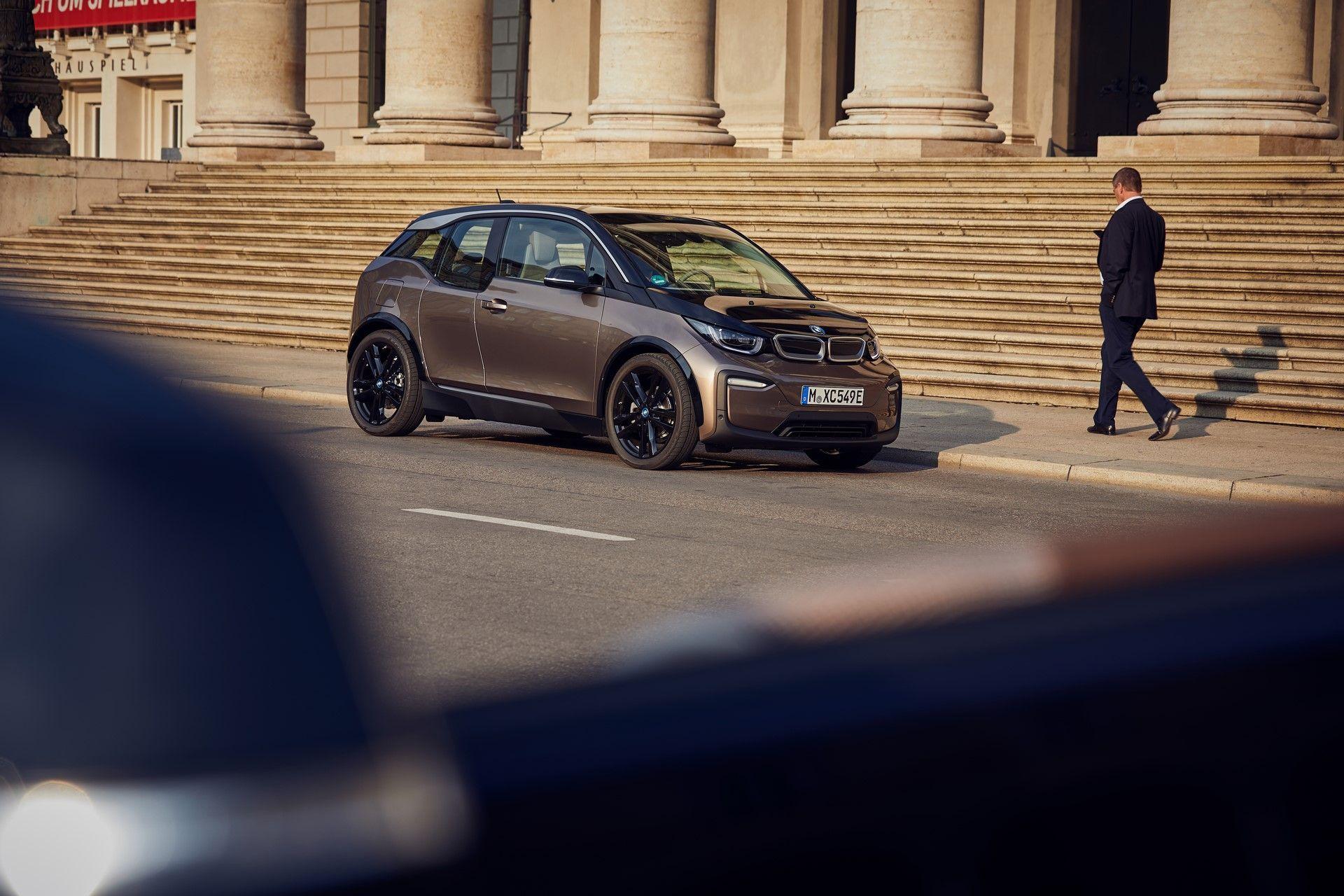 Παρκαρισμένη BMW i3 μπροστά από σκαλιά