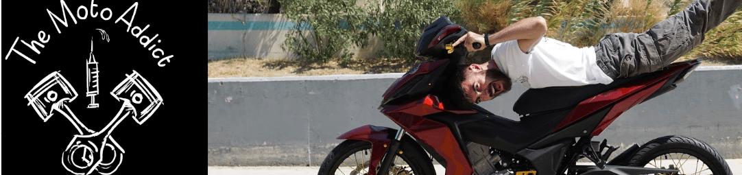 λόγκο του Moto Addict και ένας αναβάτης πάνω σε μηχανή να κάνει ακροβατικά