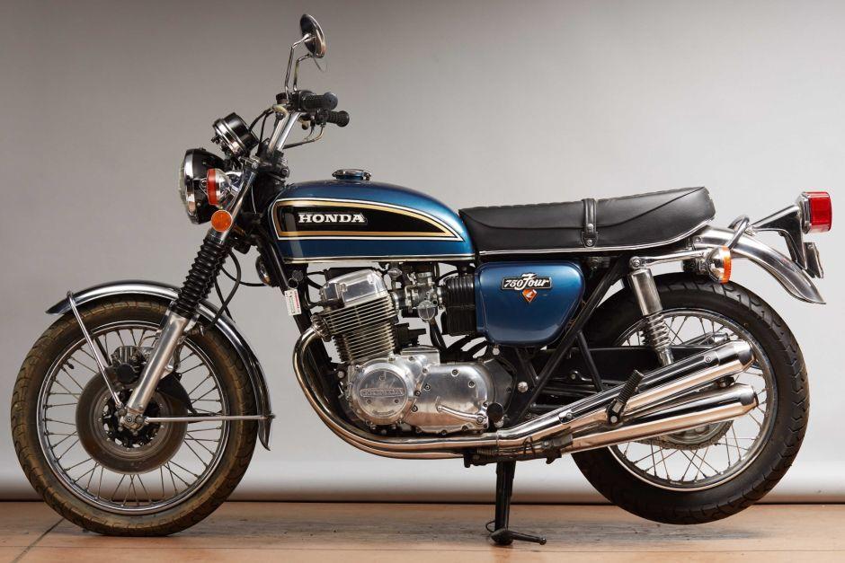 μια μπλε Honda CB750 παρκαρισμένη