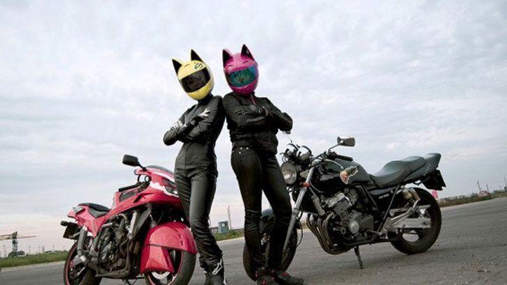 γυναίκες με στολή μηχανής και κράνη με αυτιά γάτας