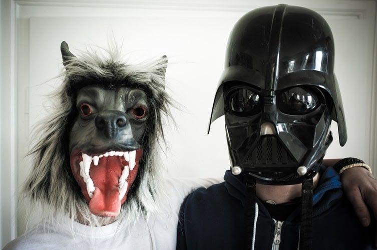 Φωτογραφία με άνθρωπο που φοράει μάσκα Darth Vader και δίπλα του ένας ακόμα άνθρωπος που φοράει μάσκα ζώου