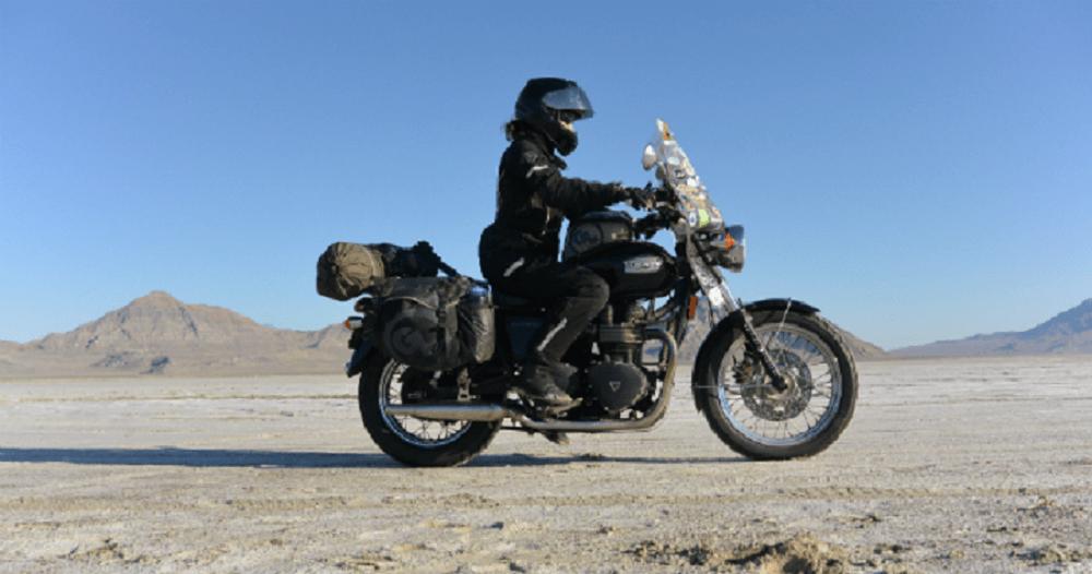 Μοτοσυκλετιστής σε ερημικό τοπίο