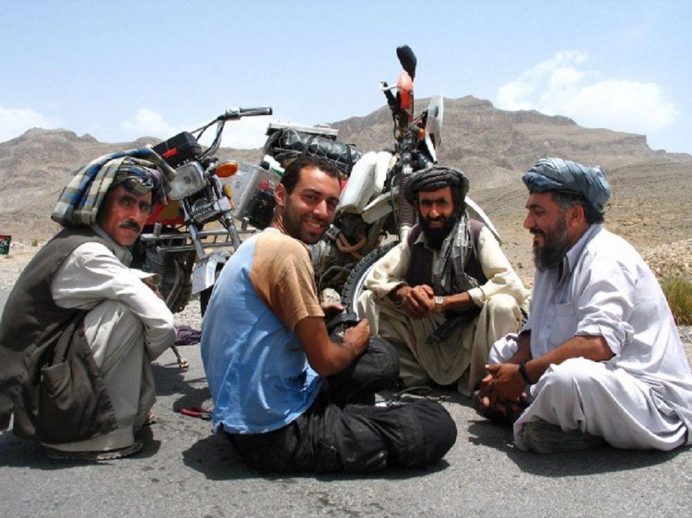 τέσσερις άνδρες κάθονται στην άσφαλτο