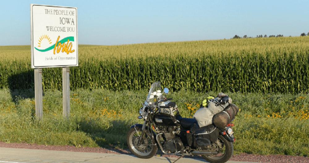 παρκαρισμένη μοτοσυκλέτα στην άκρη του δρόμου, μπροστά από χωράφι