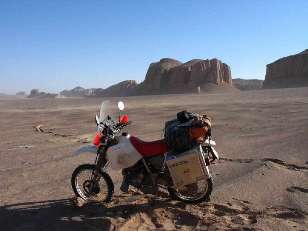 Παρκαρισμένη Honda XR 250S σε ερημικό τοπίο