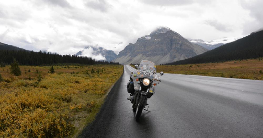 παρκαρισμένη μοτοσυκλέτα στην άκρη βρεγμένου δρόμου