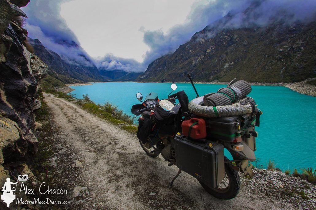 Παρκαρισμένη μοτοσυκλέτα μπροστά από μια λίμνη