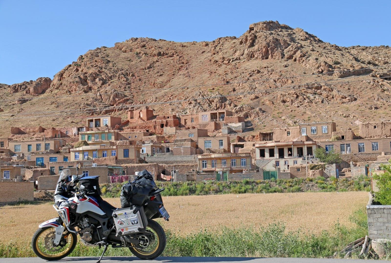 Παρκαρισμένη μηχανή μπροστά από οικισμό
