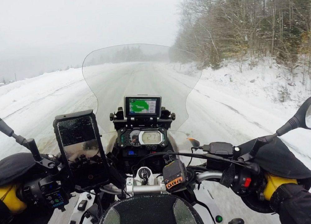 Χιονισμένο τοπίο από την οπτική μοτοσυκλετιστή