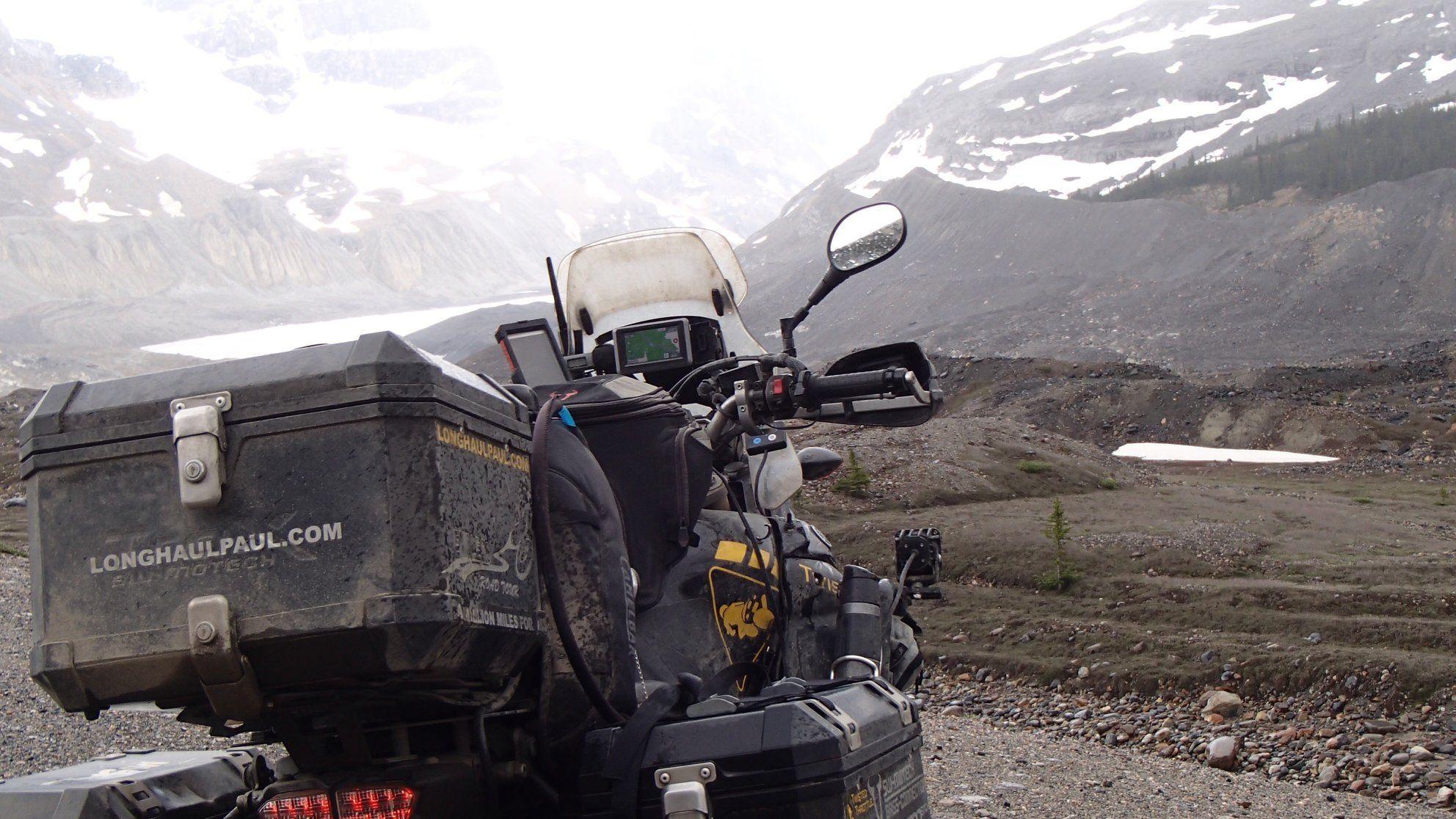 Μοτοσυκλέτα σε τοπίο με χιονισμένα βουνά