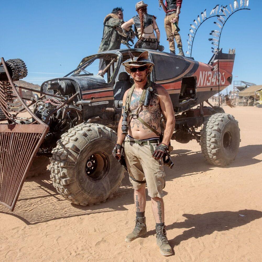 Φωτογραφία του Car-Plane και άντρας που ποζάρει στο πιο Mad Max festival