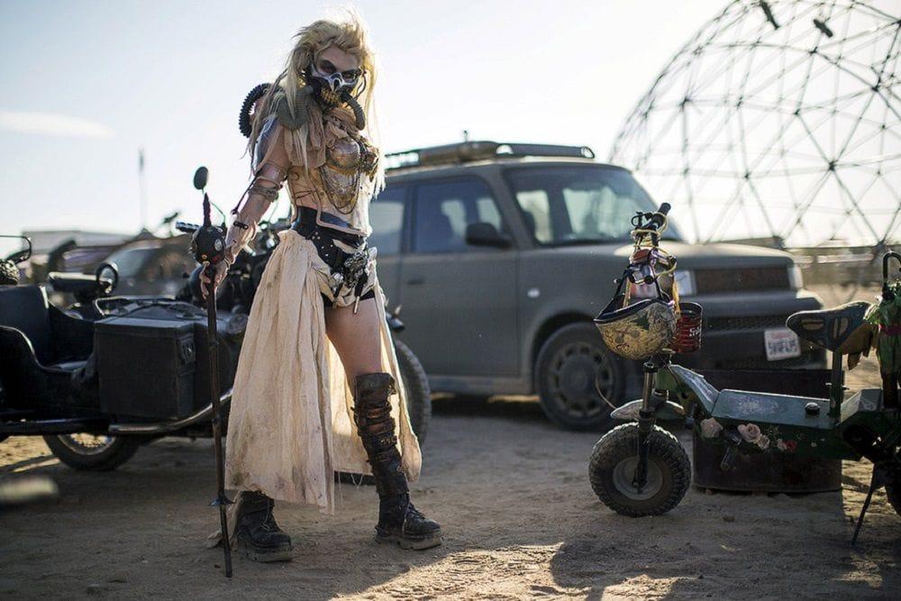 Φωτογραφία από το φεστιάλ Wasteland με μεταμφιεσμένο άνθρωπο