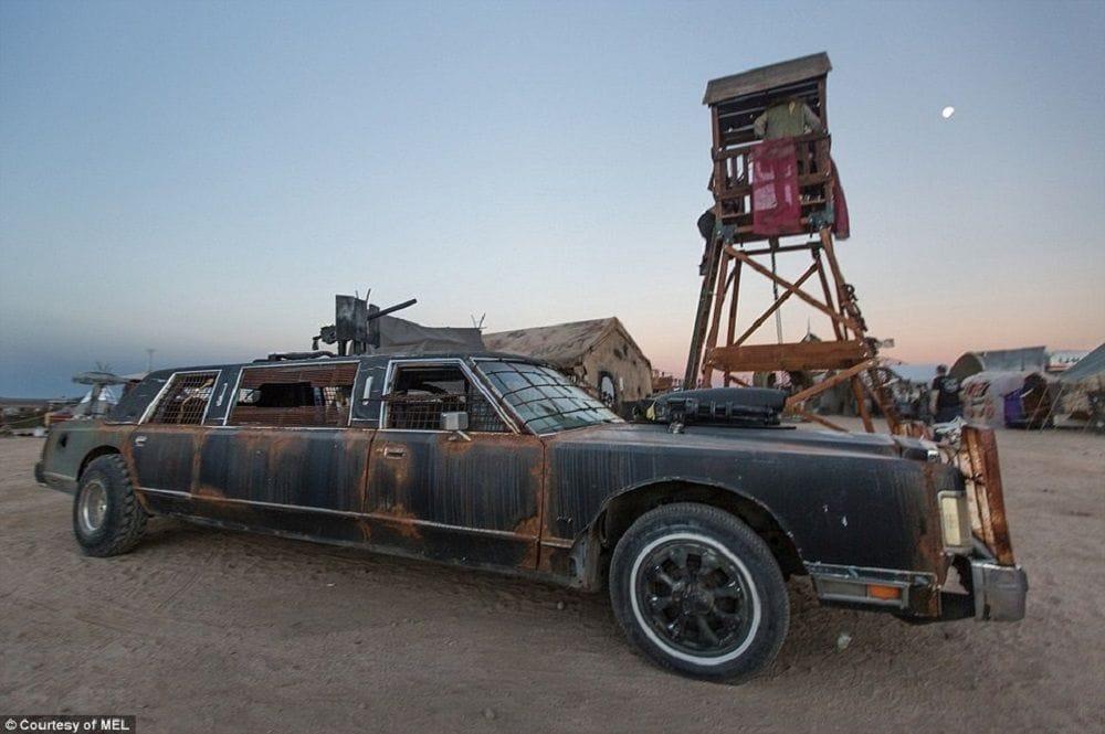Φωτογραφία με αυτοκίνητο-λιμουζίνα που συμμετείχε στο φεστιβάλ Wasteland Weekend