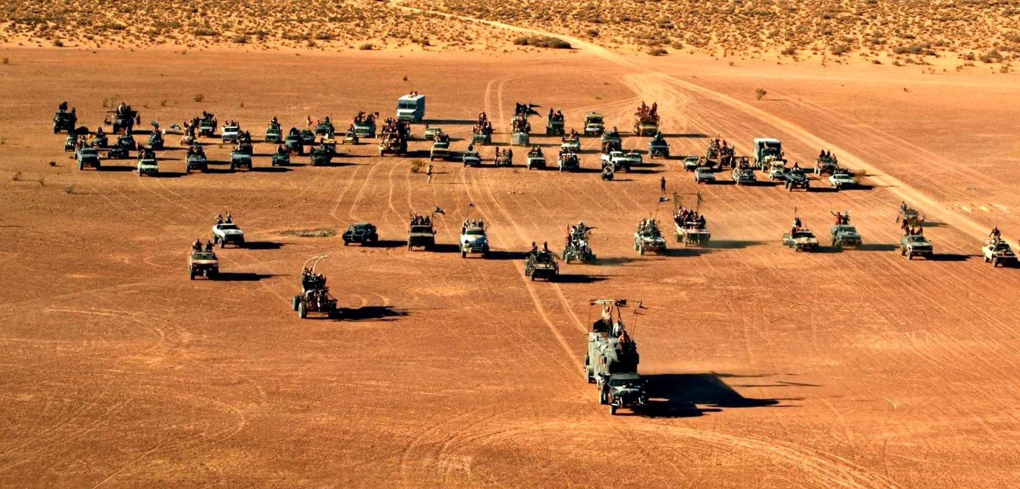 Φωτογραφία από το Wasteland Weekend με πολλά οχήματα
