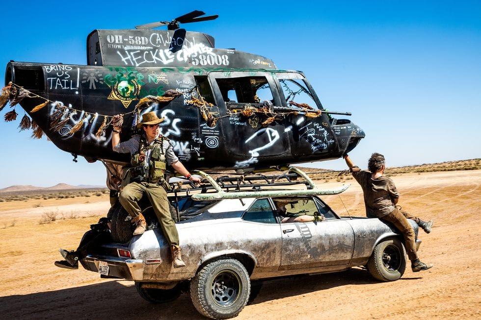 Αυτοκίνητο με ελικόπτερο στην οροφή του και τρεις άντρες, από το Wasteland Weekend