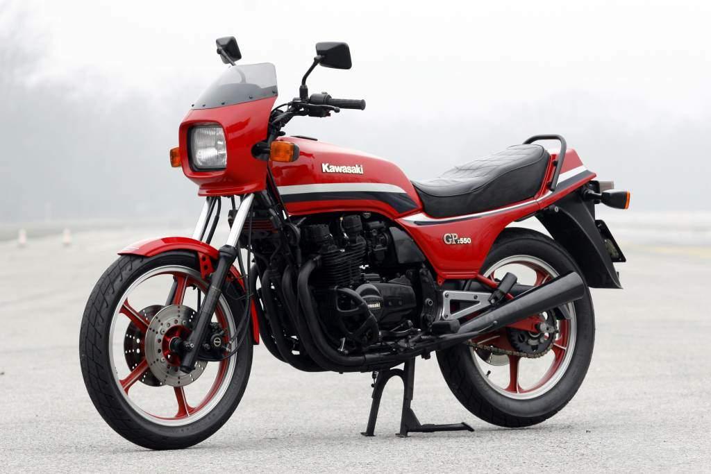 Παρκαρισμένη κόκκινη Kawasaki GPZ 550 σε δρόμο