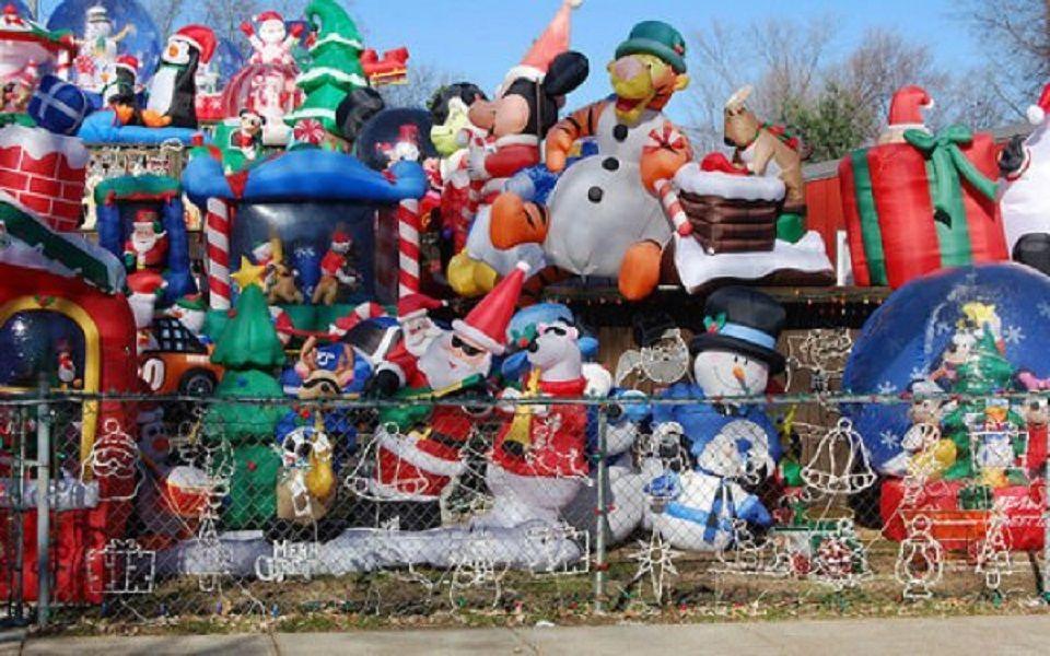 Φωτογραφία με πολλά φουσκωτά χριστουγεννιάτικα διακοσμητικά
