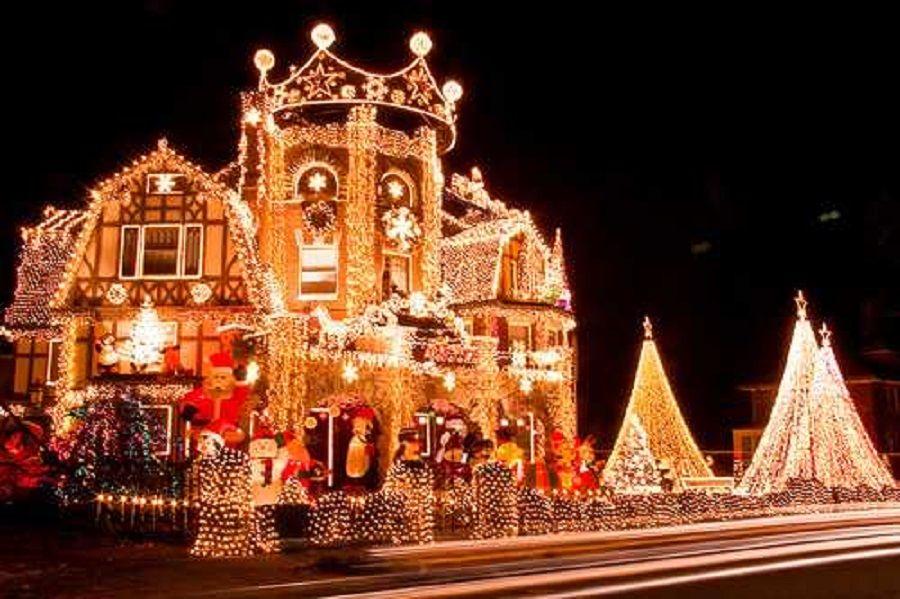 Σπίτι στολισμένο με πάρα πολλά λαμπάκια για τα Χριστούγεννα