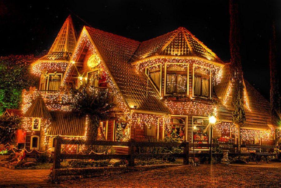 Μεγάλο σπίτι στολισμένο με πολλά χριστουγεννιάτικα λαμπάκια