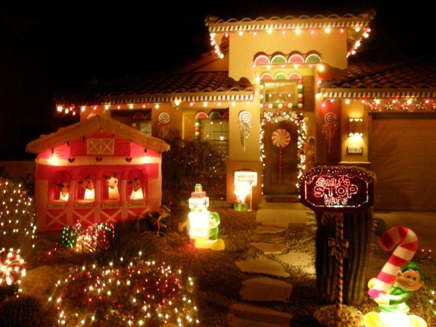 Κήπος στολισμένος με ζαχαρωτά και λαμπιόνια για τα Χριστούγεννα
