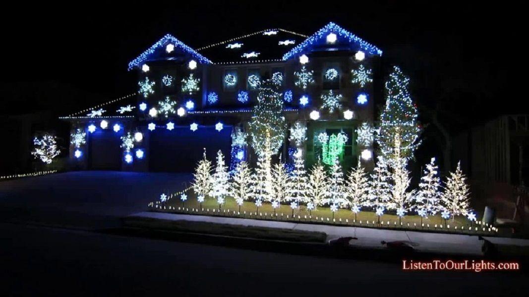 Φωτογραφία σπιτιού στολισμένο με άσπρα και μπλε λαμπάκια