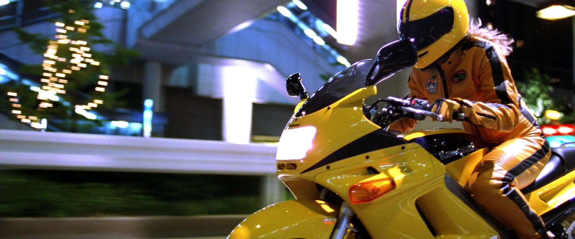 Η Uma Thurman με κίτρινη στολή πάνω στην κίτρινη Kawasaki ZZR 250