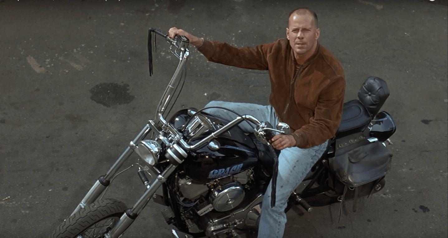 Ο John Travolta πάνω σε μια Harley Davidson FXR