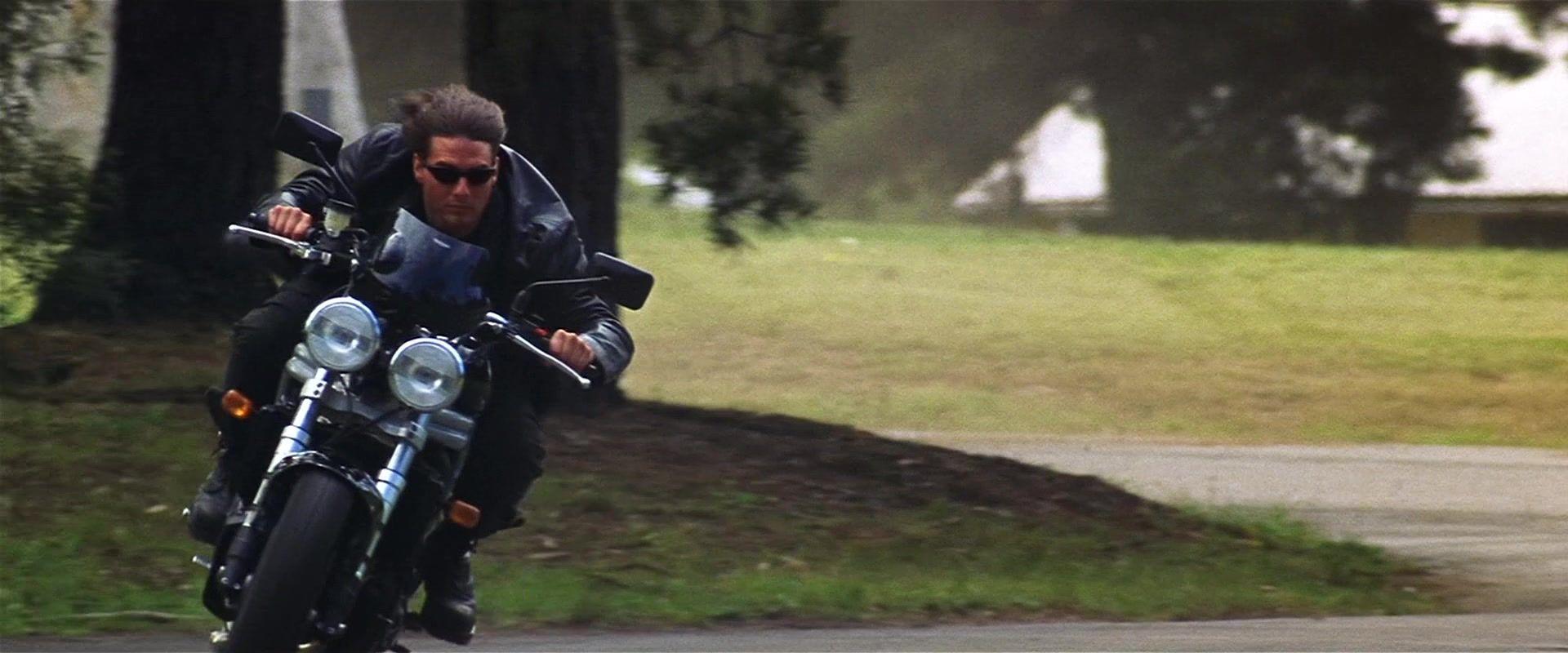 Ο Tom Cruise οδηγεί μια Triumph Speed Triple σε έναν δρόμο με γρασίδι