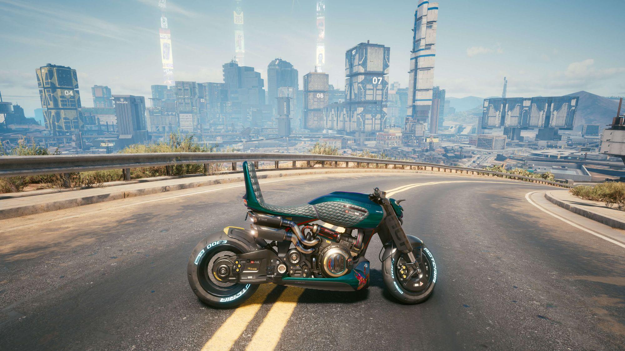 Η μοτοσυκλέτα Nazare Itsumade στη μέση ενός δρόμου από το παιχνίδι Cyberpunk
