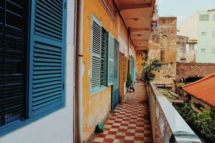 μπαλκόνι με κόκκινα και λευκά πλακάκια μπροστά από εισόδους σπιτιών