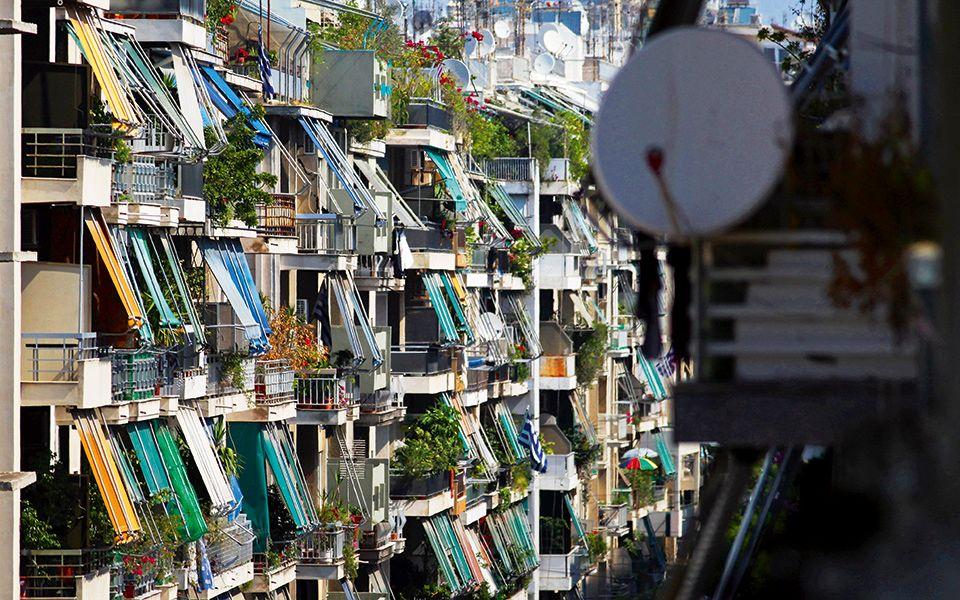 Μπαλκόνια από πολυκατοικίες στο κέντρο της Αθήνας