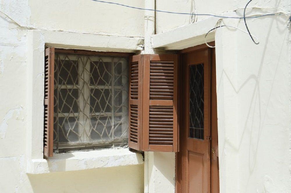 πόρτα και παράθυρο σπιτιού σε γωνία ενενήντα μοίρες