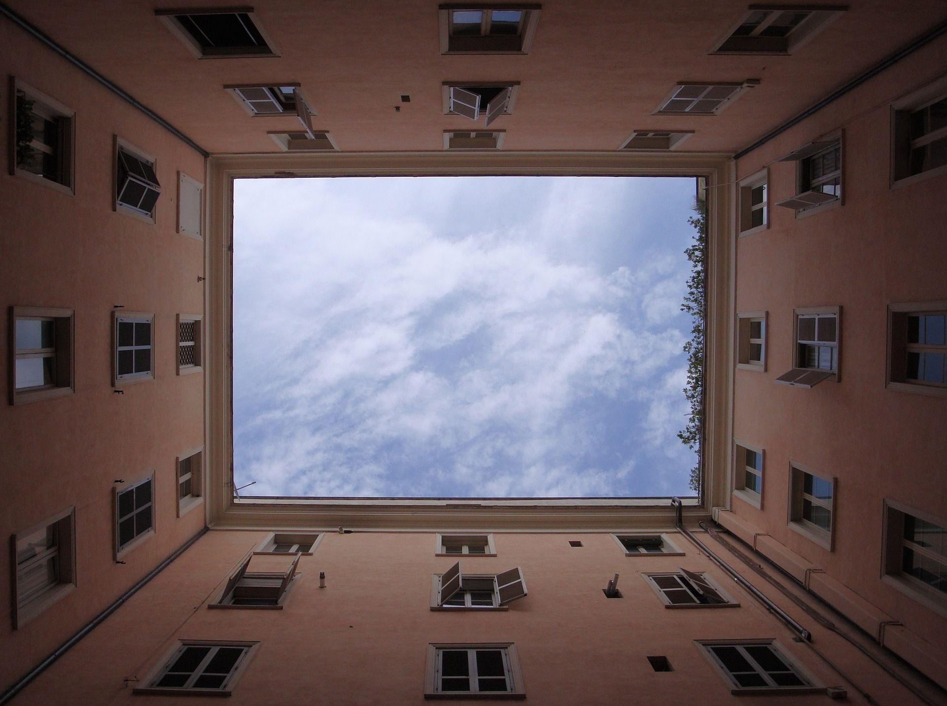 ο ουρανός όπως φαίνεται από τον ακάλυπτο μιας πολυκατοικίας