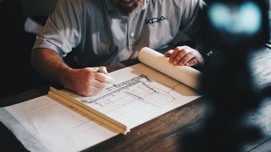 άνθρωπος σχεδιάζει σε χαρτί