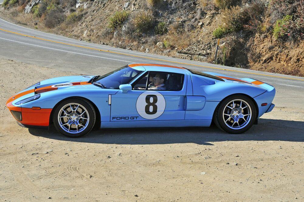 μπλε Ford GT παρκαρισμένο στην άκρη του δρόμου